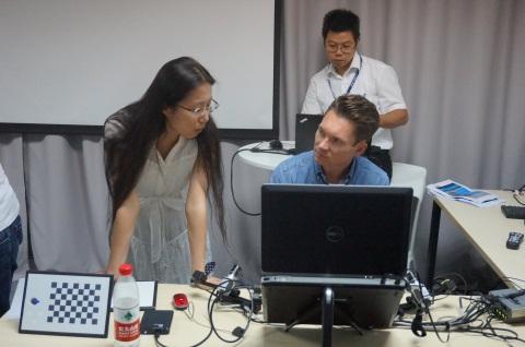 James和参会嘉宾交流研究技术