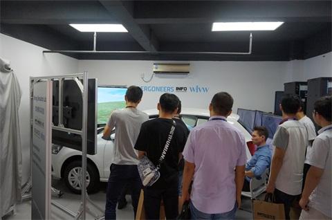 参观SimLab驾驶模拟实验室